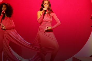 """Solange Performs """"Rise"""" & """"Weary"""" On Jimmy Fallon"""