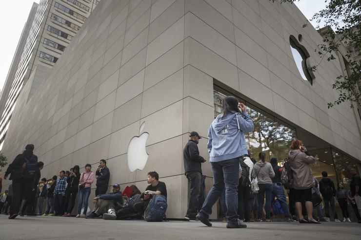Customers wait in line at the apple store to buy the new iPhone 6s on September 25, 2015 in Chicago, Illinois. Apple launched the new iPhone 6s and iPhone 6s Plus on September 25 in 12 regions including Australia, Canada, China, France, Germany, Hong Kong, Japan, New Zealand, Puerto Rico, Singapore, the U.K., and the U.S.