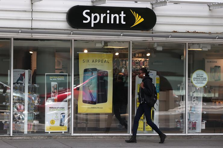 A pedestrian walks by a Sprint store on May 5, 2015 in San Francisco, California. Sprint reported a $224 million first-quarter loss with revenues falling 6.7 percent to $8.28 billion compared to $8.88 billion one year ago.
